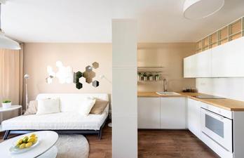 Светлая комната и кухня через перегородку