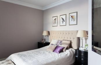 Светлая спальня с красивой кроватью