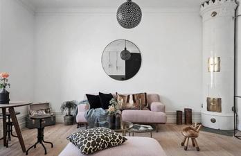 Белая гостиная с печью и диваном