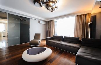 Гостиная в коричневых тонах с диваном