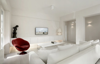 Гостиная с большим белым диваном