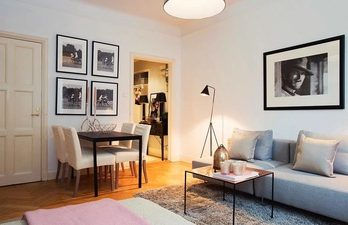 Светлая гостиная с диваном и столовой зоной