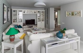 Светлая гостиная с двумя диванами