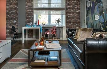Тёмная гостиная с кожаным диваном