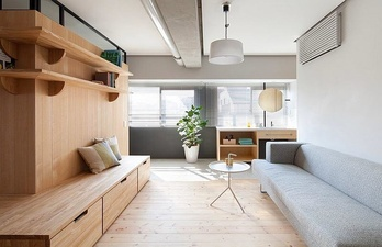 Светлая гостиная с деревянными элементами