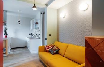 Светлая гостиная с яркой мебелью