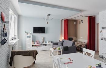 Светлая гостиная с телевизором