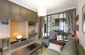 Светлая гостиная со стенкой и рабочим местом
