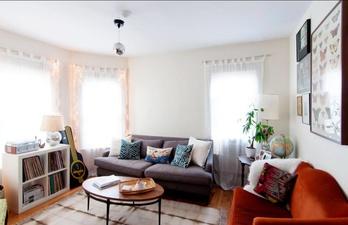 Светлая гостиная в небольшой квартире