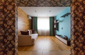 Гостиная в коричневом цвете с диваном