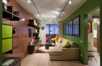 Длинная гостиная с диваном и телевизором