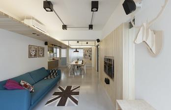 Светлая гостиная с полкой под потолком