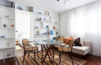 Светлая гостиная с диваном и окном