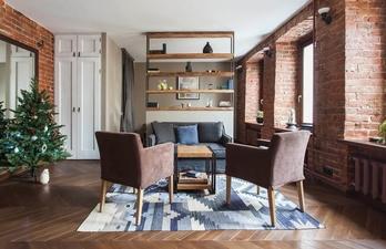 Просторная гостиная с кирпичными стенами