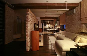 Тёмная гостиная с большим мягким диваном