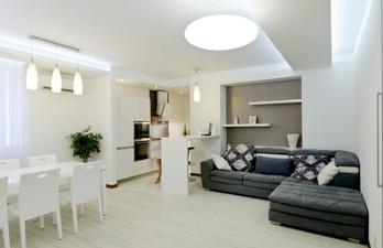 Светлая гостиная с большим мягким диваном