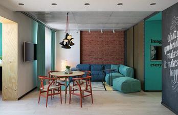 Яркая гостиная с большим диваном и телевизором