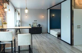 Комната с кирпичной стеной и спальным местом