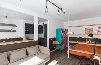 Светлая комната с кроватью и диваном