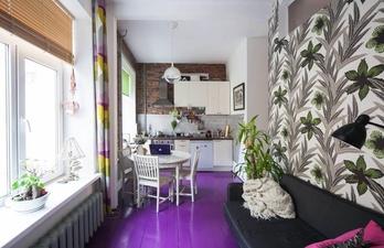 Светлая комната с диваном и фиолетовым полом