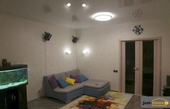 Светлая комната с натяжным потолком