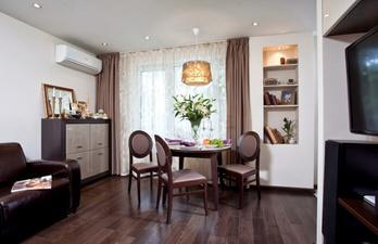 Коричневая гостиная с красивым ремонтом