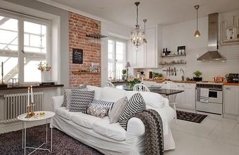 Белая комната с диваном и окнами