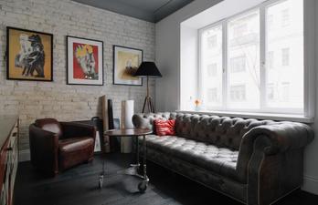 Небольшая гостиная с красивым диваном