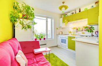 Яркая кухня с диваном