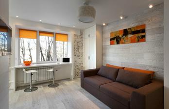 Гостиная с мягким диваном и большим окном