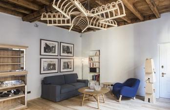 Светлая гостиная с диваном и креслом