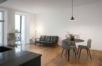Белая комната с кожаным диваном