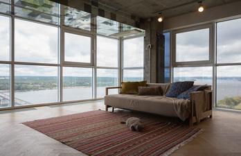 Гостиная с большими панорамными окнами