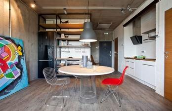 Кухня с большой лампой над столом