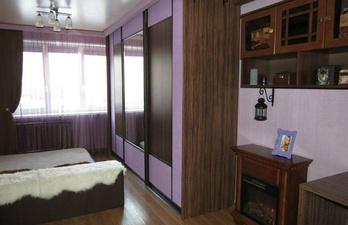 Комната с кроватью и камином