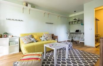Светлая гостиная с небольшим диванчиком