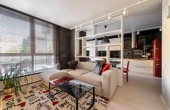 Гостиная с большим окном и мягким диваном