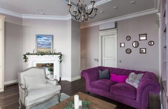 Гостиная с камином и мягким диваном