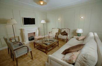Гостиная с камином и большим диваном