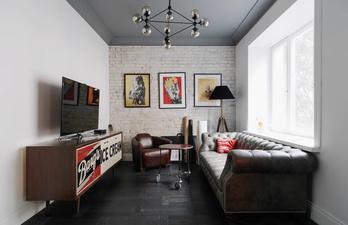 Гостиная с большим телевизором и диваном