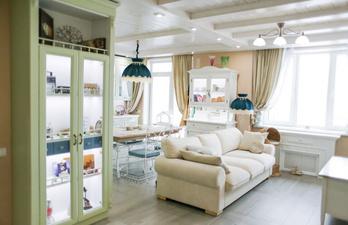 Красивая гостиная с кухней с белым потолком