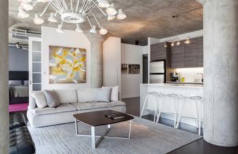 Гостиная с удобным диваном и люстрой