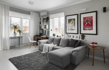 Гостиная с большим диваном и рабочим местом