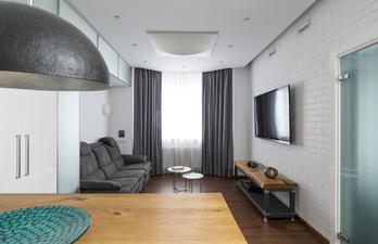 Светлая гостиная с диваном и телевизором