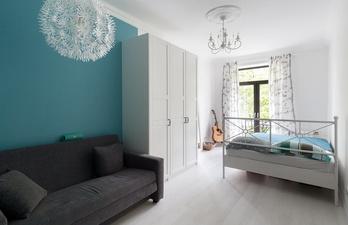 Комната с небольшим диваном