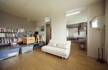 Комната с рабочим местом и книжными полками