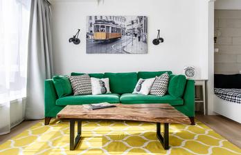 Комната с мягким зелёным диваном