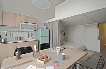 Кухня в бежевом цвете со спальным местом