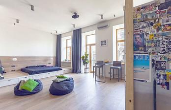 Большая комната с кроватью на подиуме
