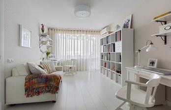 Комната в белом цвете с диваном